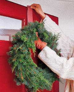 how to hang a christmas wreath on a door
