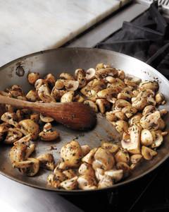 flash-in-the-pan-chicken-mushrooms-med108749-001q.jpg