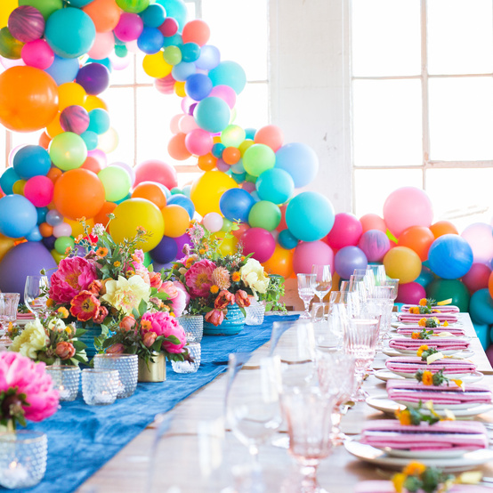 colorful-balloon-tablescape