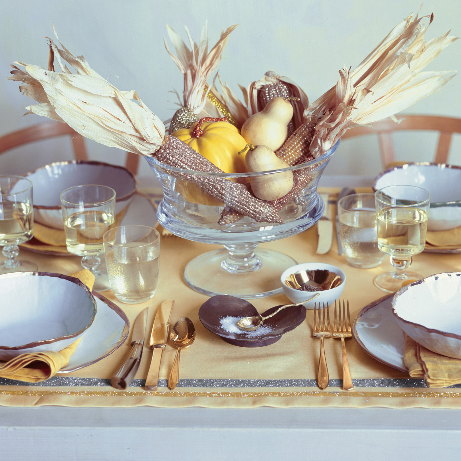 Glittered table linens martha stewart for Idee deco table automne