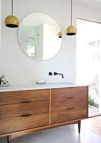 A Blah Bathroom Gets a Marvelously Modern Makeover