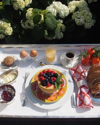 How to Compose an Elegant Anywhere Breakfast Tray