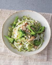 rice-noodles-broccoli-mbd108052.jpg