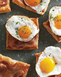 fried-egg-and-bacon-puff-pastry-squares-md109548.jpg
