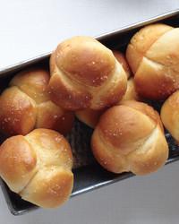thanksgiving-no-knead-cloverleaf-rolls-med109000.jpg