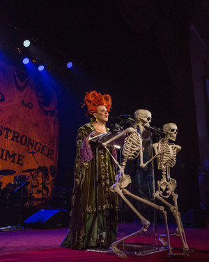 "Bette Midler Reprises Her Role From ""Hocus Pocus"" & 18 Other Magical Moments From Her Hulaween Gala"