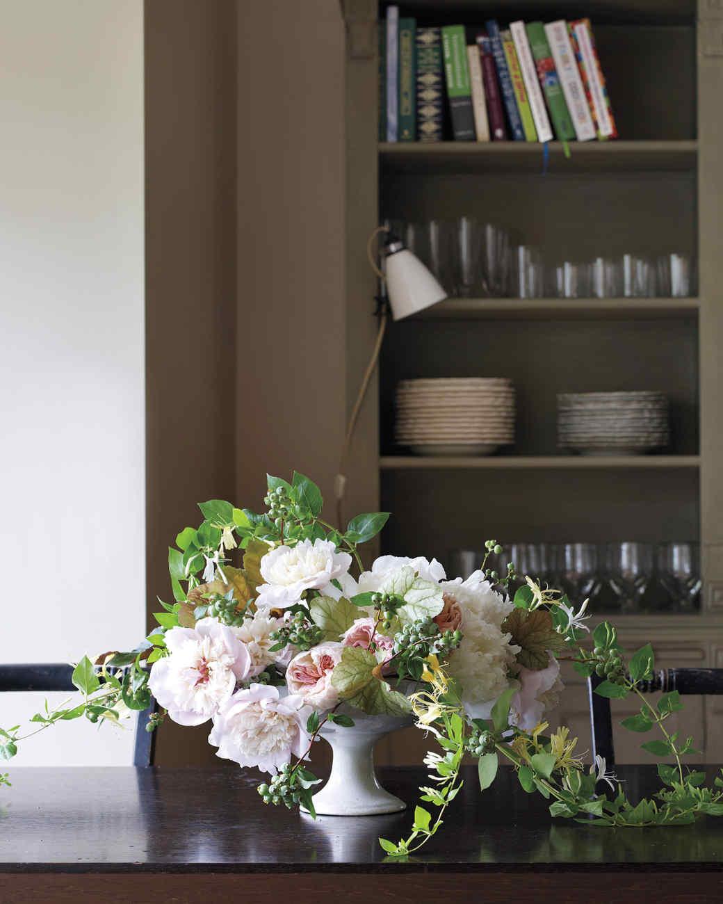 Natural indoor flower arrangements martha stewart for Martha stewart floral arrangements