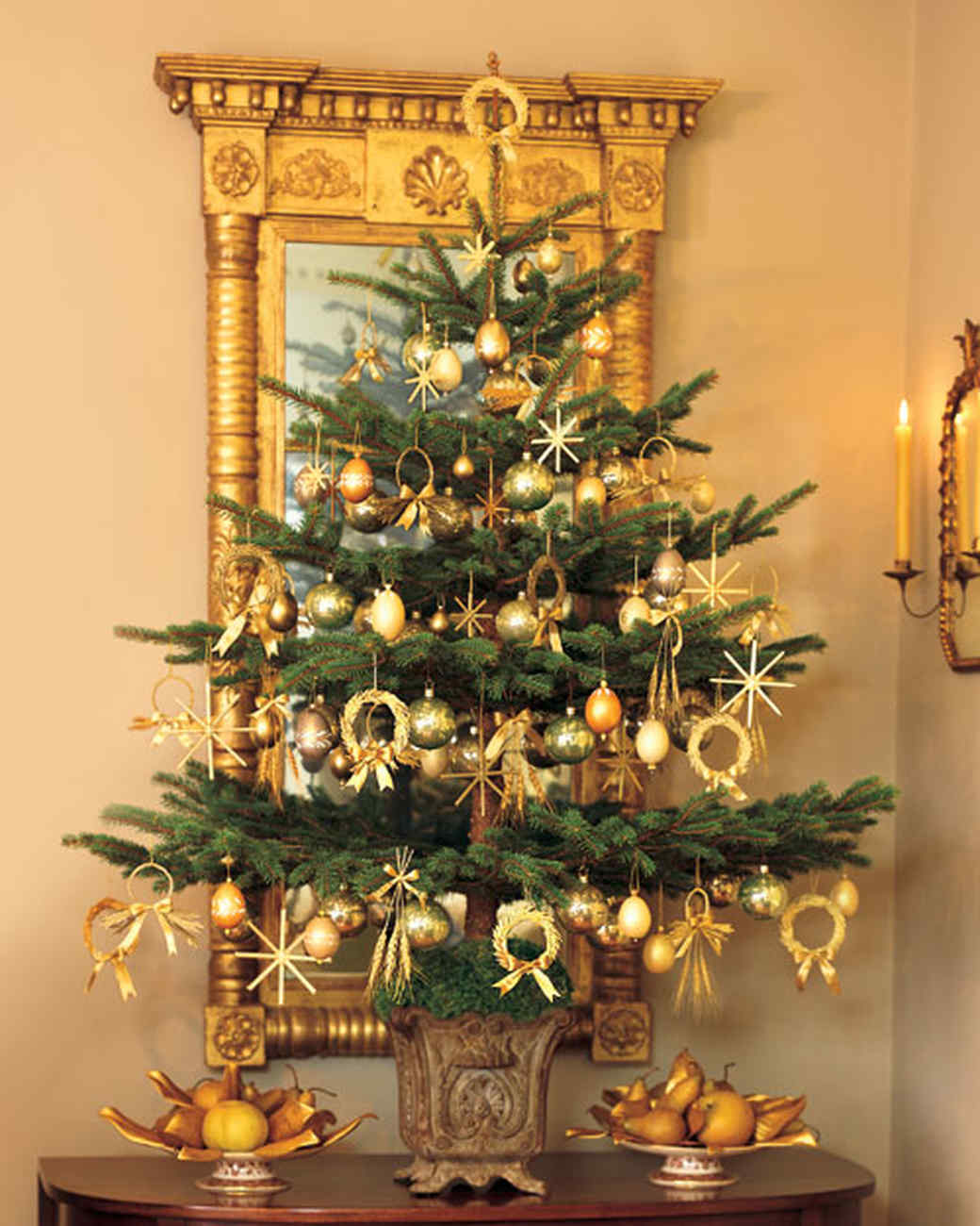 Martha 39 s holiday decorating ideas martha stewart for Small designer christmas trees