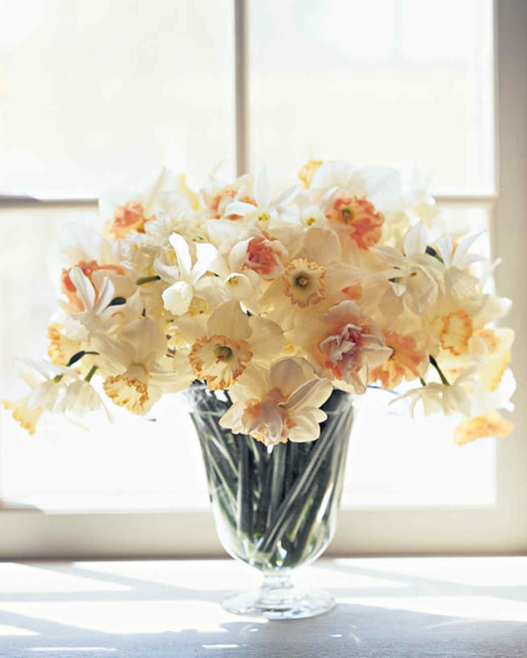 White flower arrangements martha stewart for Martha stewart floral arrangements