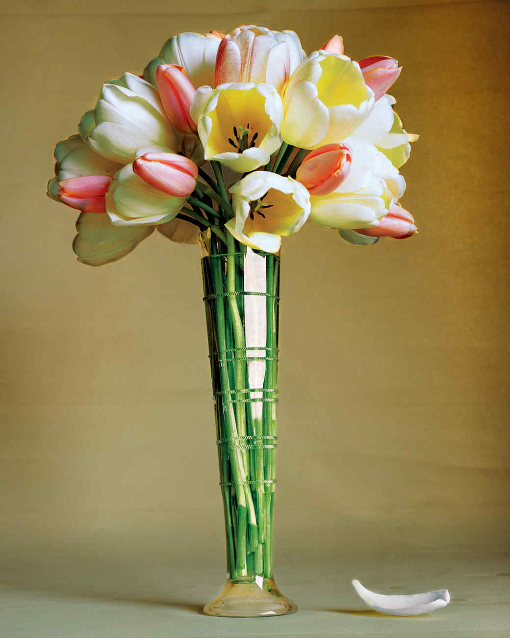 Цветы вертикальные в вазах на фото