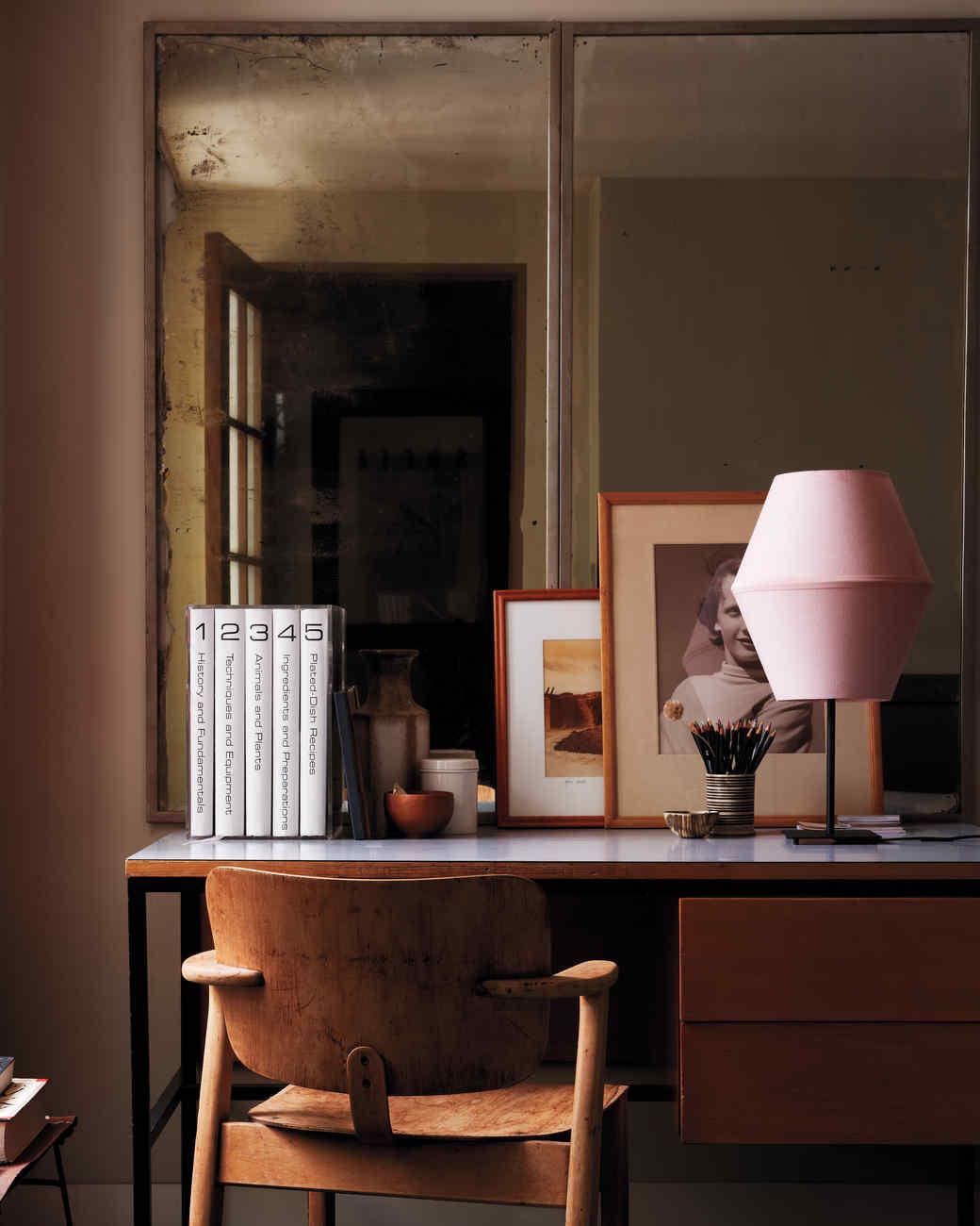 desk-pinklamp-028-hero-md110260.jpg