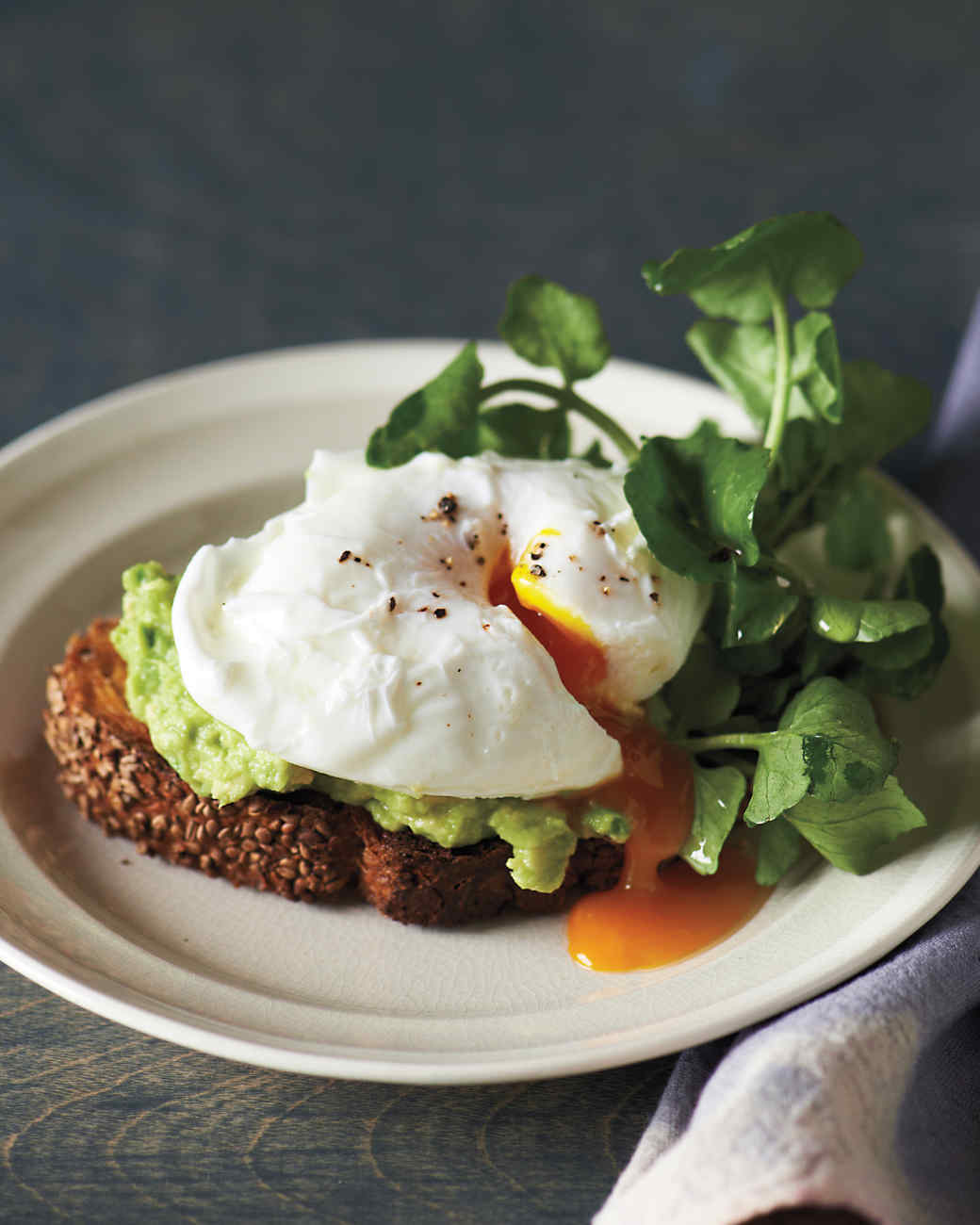 sesame-toasts-poached-egg-avocado-md109548.jpg