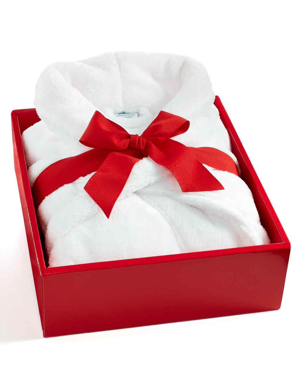 msmacys-valentineshop-forher-plushrobe-0115.jpg