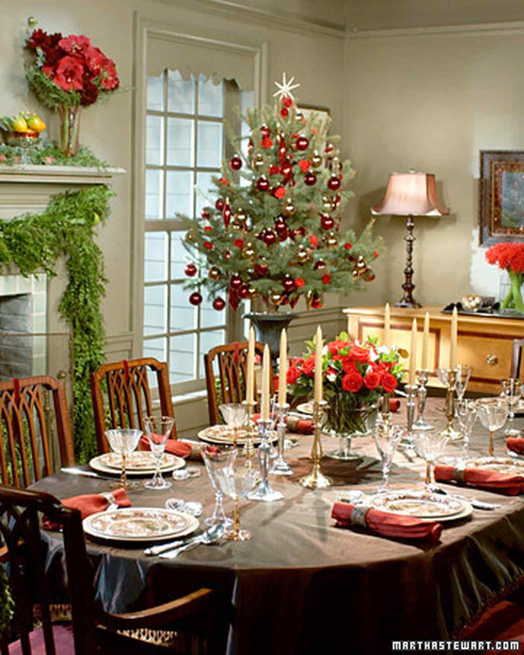 Holiday table settings martha stewart for Dining room table setup ideas