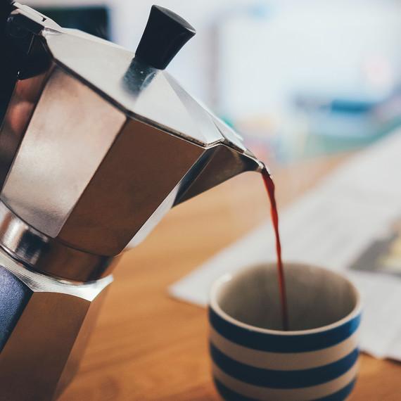 percolater-pouring-coffee-0416.jpg (skyword:251153)
