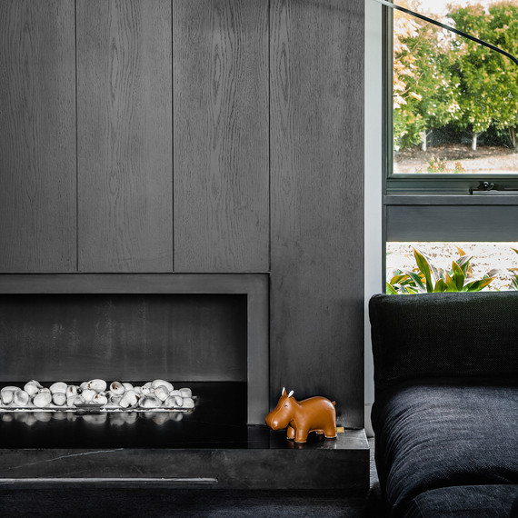 contemporary-fireplace-black-stone-0815.jpg (skyword:182922)