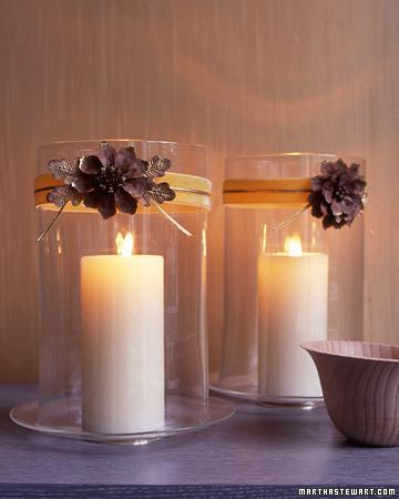 Необычные подсвечники Цветы сделайте из сосновых шишек: отрежьте один уровень чешуек, раскройте как цветочек...