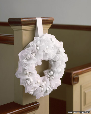 paper pew wreath step by step diy craft how to s and instructions martha stewart. Black Bedroom Furniture Sets. Home Design Ideas