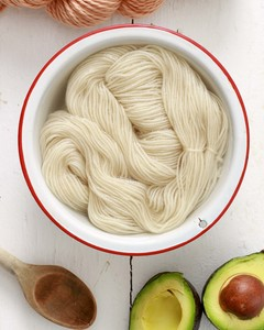 yarn in bowl of white vinegar and water