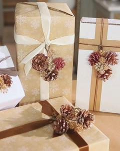 glittered_pinecone_gift_topper.jpg