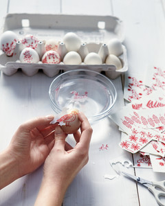 red-eggs-decoration-how-to-060-mld109908.jpg