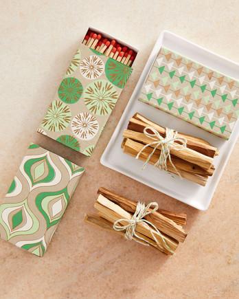 节日礼品包装盒中的火柴和帕洛桑托包