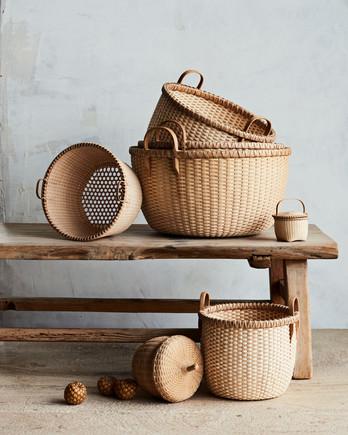 各式各样的木制长椅上编织篮子