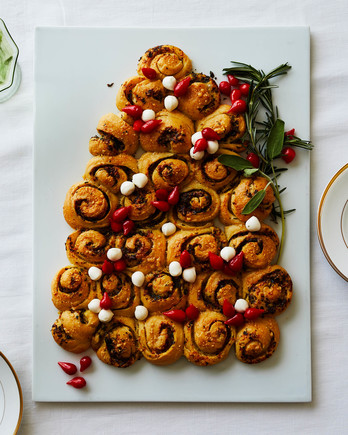 christmas tree shaped pull apart bread table setting