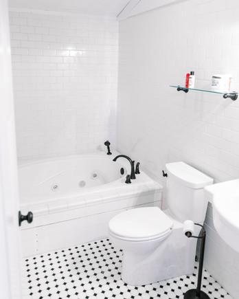 lcoation-scout-wildberry-farm-upstairs-bathroom-1014.jpg