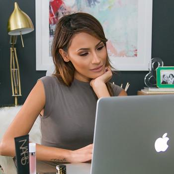美容博客desi perkins展示了她的家庭办公室改造。