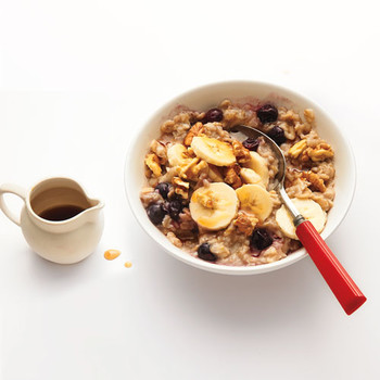 Oatmeal with Blueberries, Walnuts, and Bananas