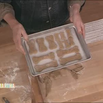 Making Homemade Dog Biscuits with Amanda Bynes