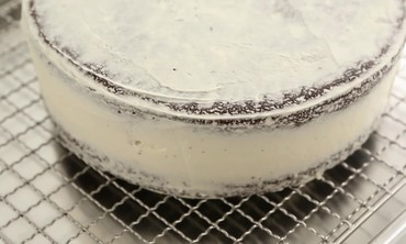 How to Glaze a Cake