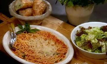 Spaghetti 101 with garlic bread