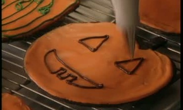 How to Decorate Pumpkin-Shaped Cookies