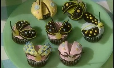 Cake of the Month: Cupcakes with Frosted Bugs
