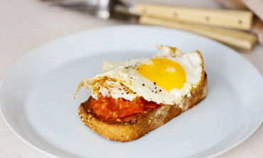 Charred Tomatoes and a Fried Egg on Garlic Toast