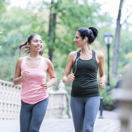 两个女人在公园散步锻炼身体。
