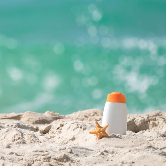 沙滩上的防晒霜