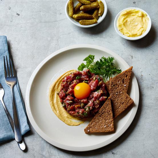 steak tartare with brown bread