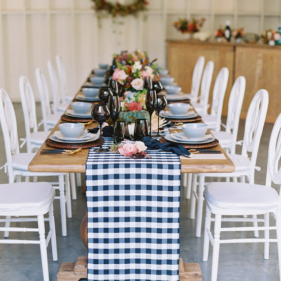 感恩节餐桌设置与秋天装饰黑色白色的桌子运行