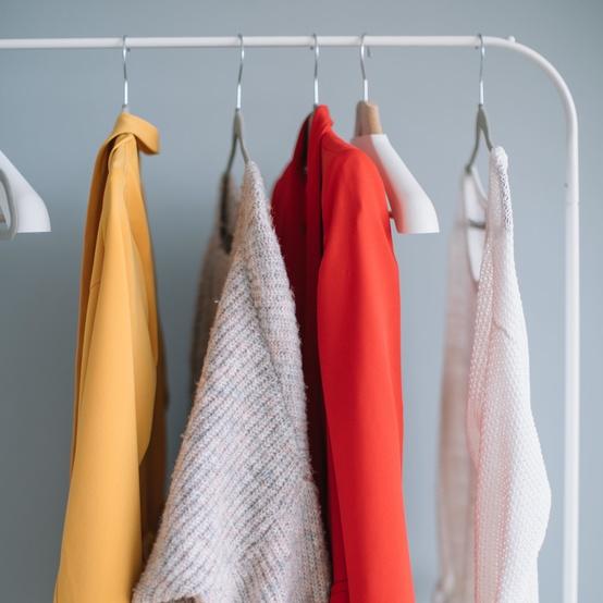 衣服在衣架上