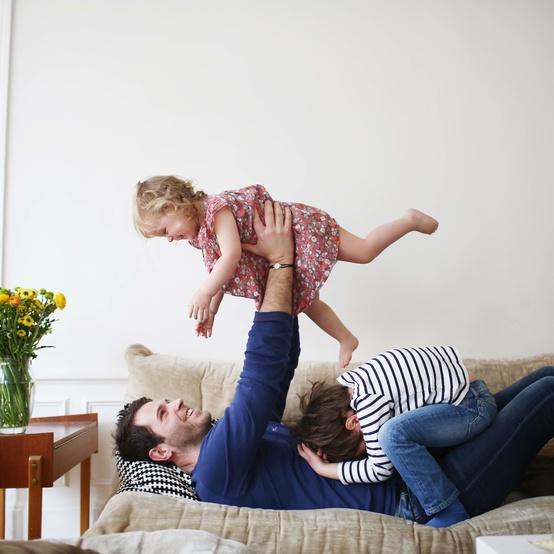 一家人在沙发上玩