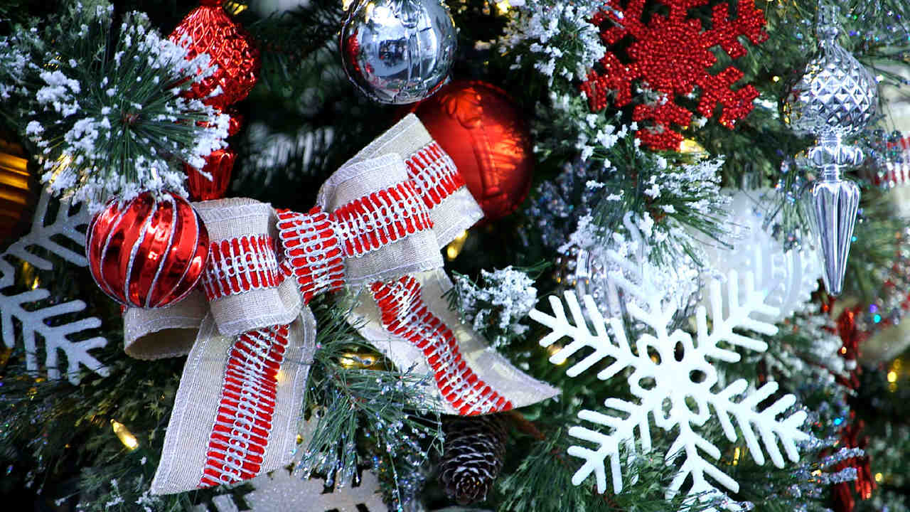 video how to decorate with ribbon martha stewart - How To Decorate A Christmas Tree With Ribbon Video