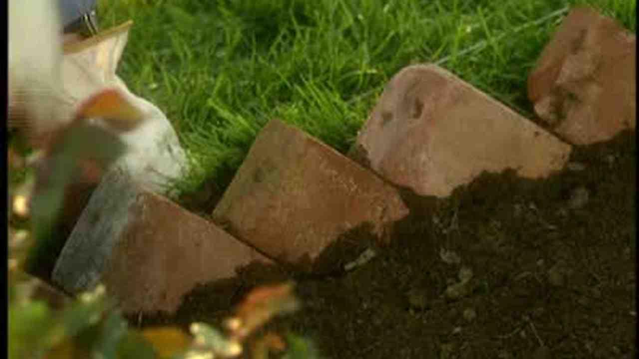 Video: How To Edge A Garden With Bricks | Martha Stewart