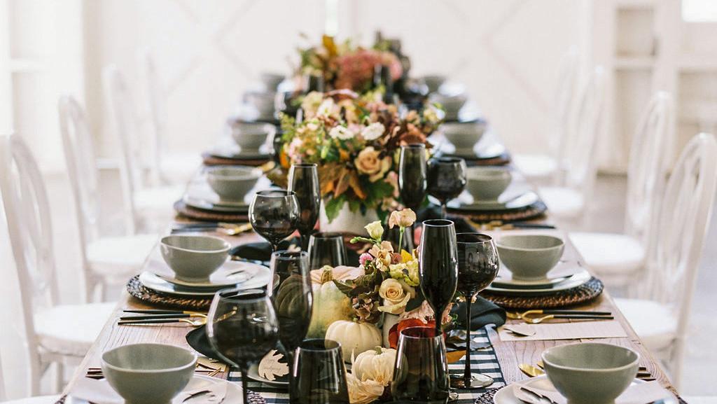 感恩节餐桌设十个座位
