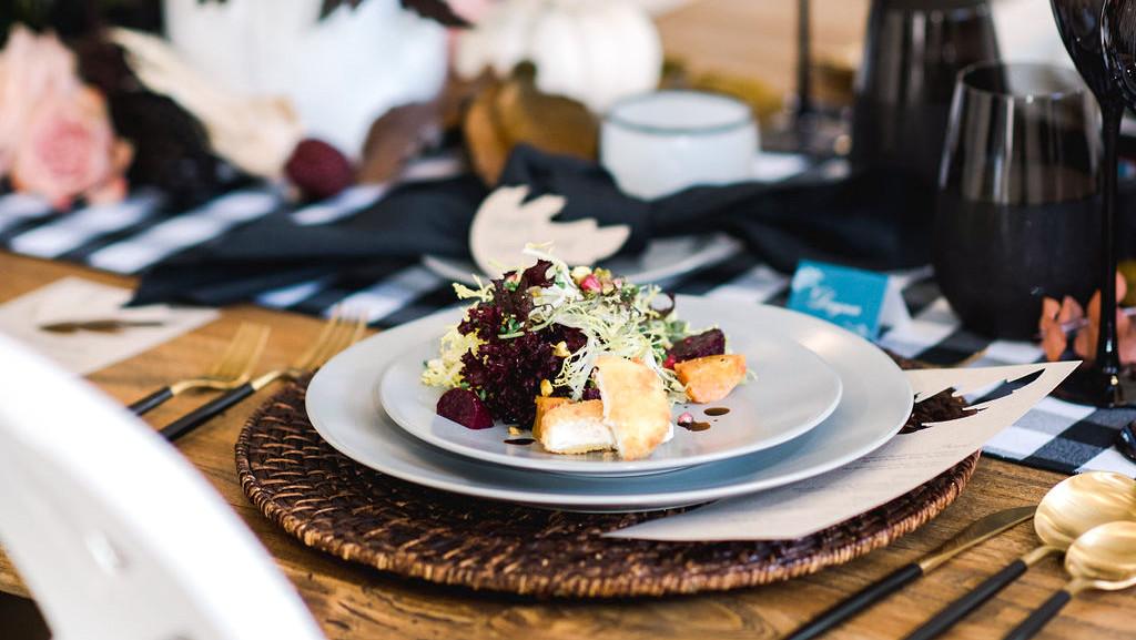 友谊开胃桌设置秋季装饰浅色色拉