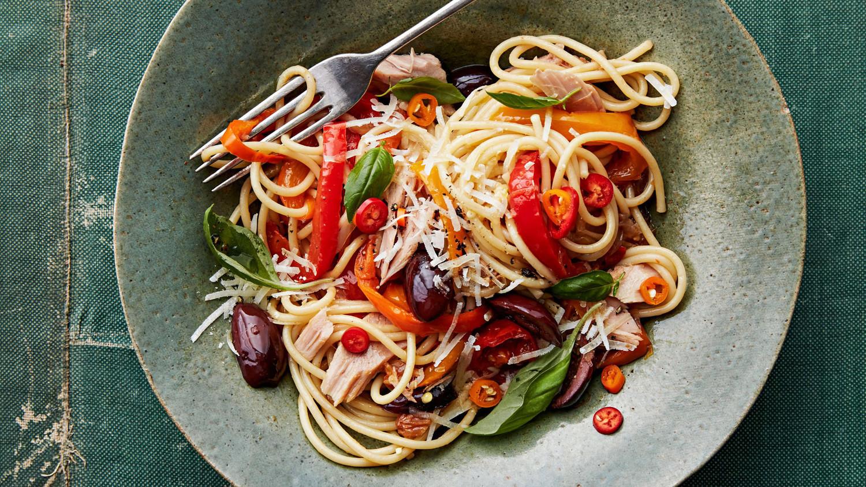 spaghetti peperonata with tuna and olives