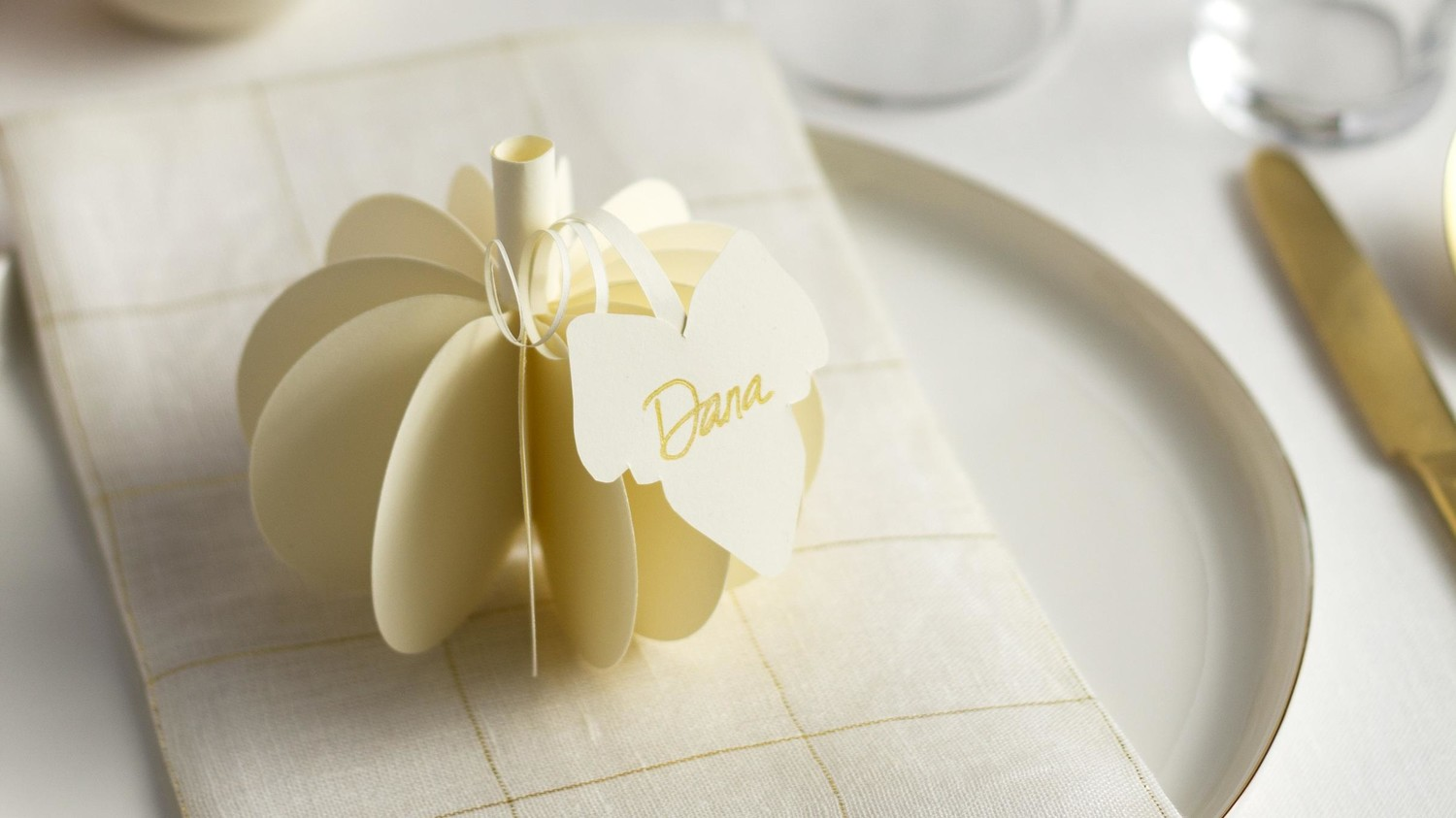 Cute as a DIY Pumpkin: Top Your Table with This 3-D Place Card ...