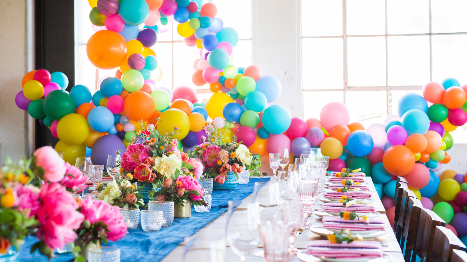 colorful-balloon-tablescape